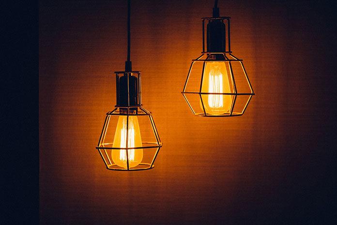 Oświetlenie salonu – lampa sufitowa to za mało!